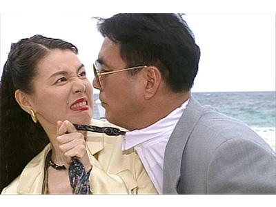 ドラマ内にて男性のネクタイを引っ張る篠ひろ子